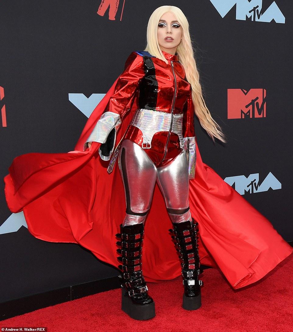 MTV VMA 2019 Ava Max - MTV Video Music Awards 2019: лучшие и худшие наряды (16 фото)