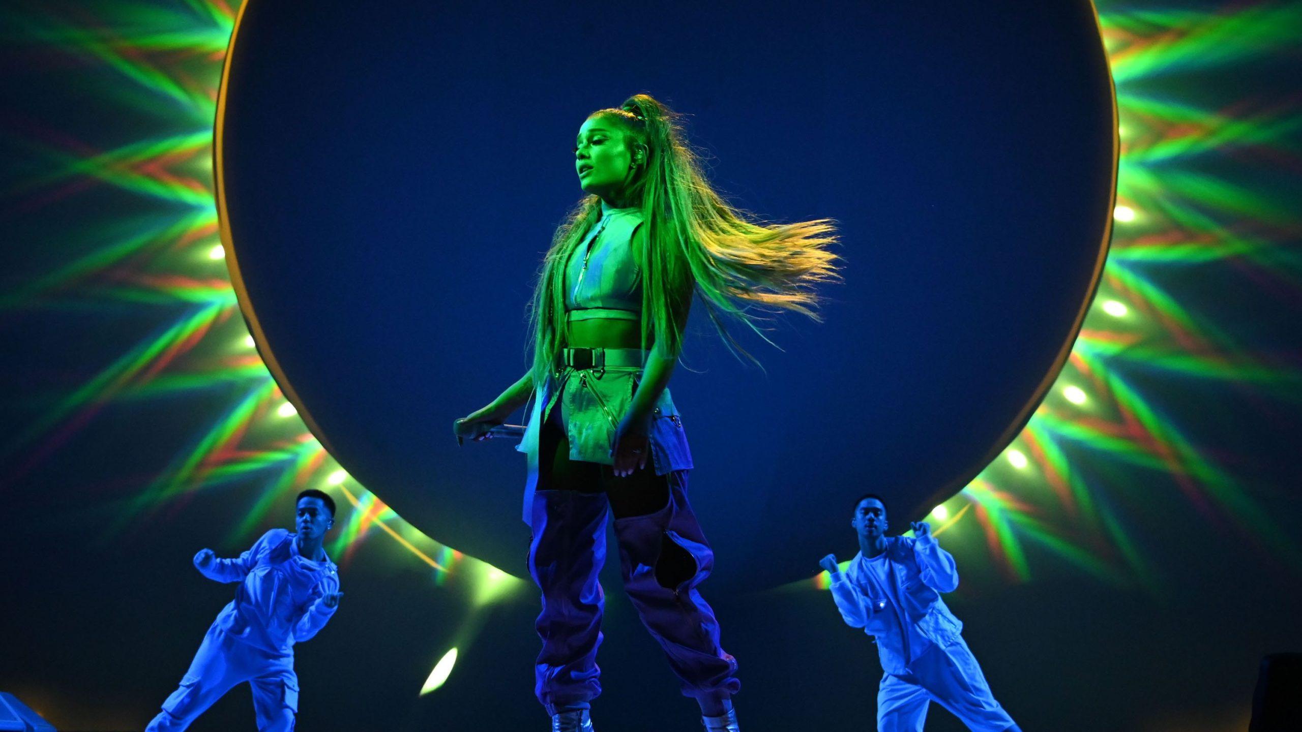 """ariana sweetener tour 2019 2 scaled - Ариана Гранде представила трейлер концертного фильма """"Excuse Me, I Love You"""""""