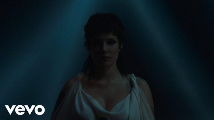 maxresdefault 5 696x392 - Видео: Halsey - I am not a woman, I'm a god (Live)